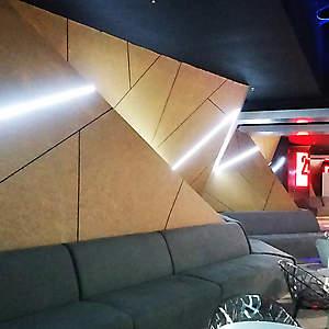 Геометричная стена с подсветкой